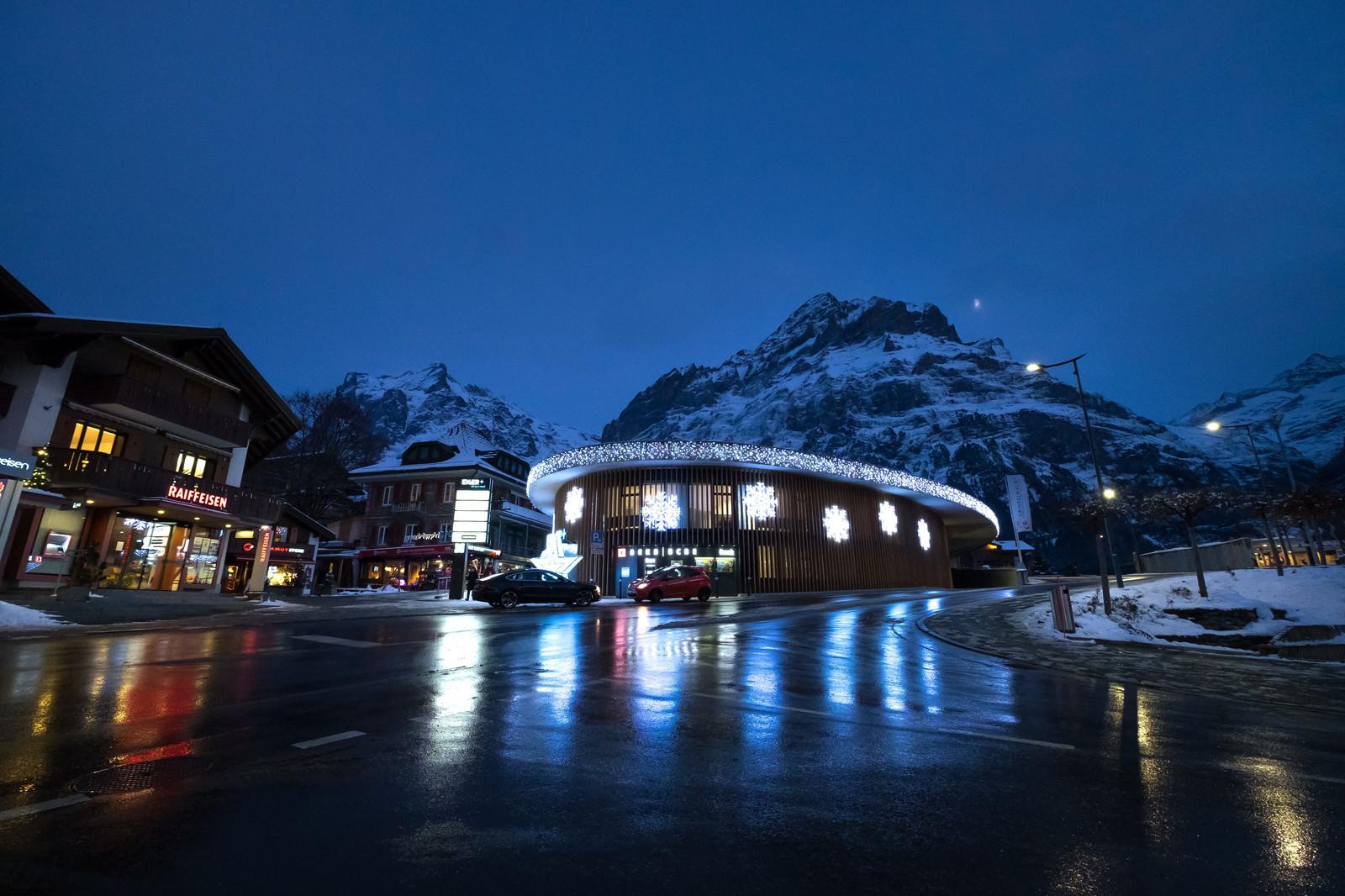 「ライトアップされたグリンデルワルトにある施設(スイス)」の写真