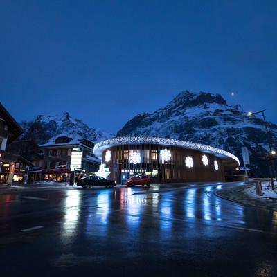 ライトアップされたグリンデルワルトにある施設(スイス)の写真