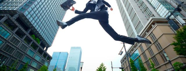 「ジャンプするビジネスマン」のフリー写真素材