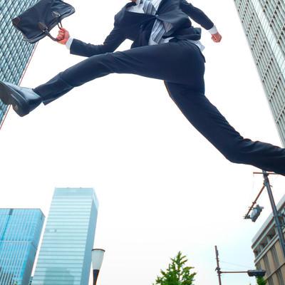 「ジャンプするビジネスマン」の写真素材