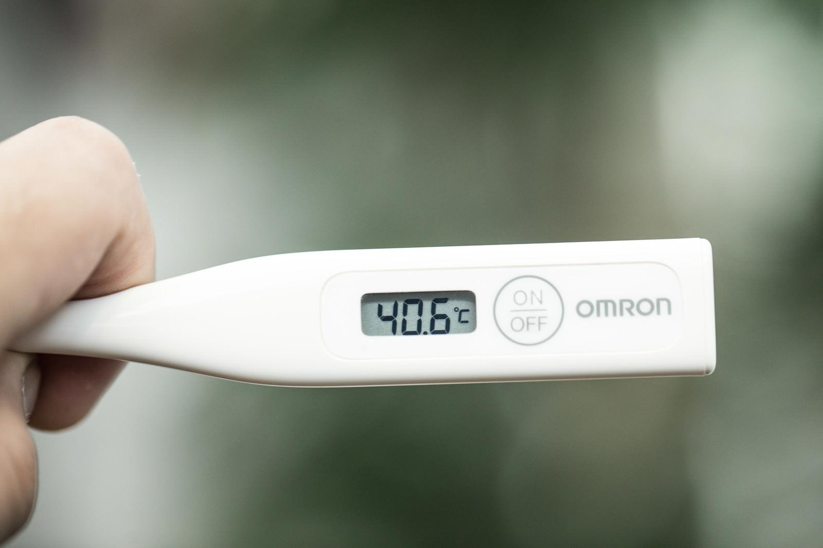 「40度以上の高熱が出ました(体温計)」の写真