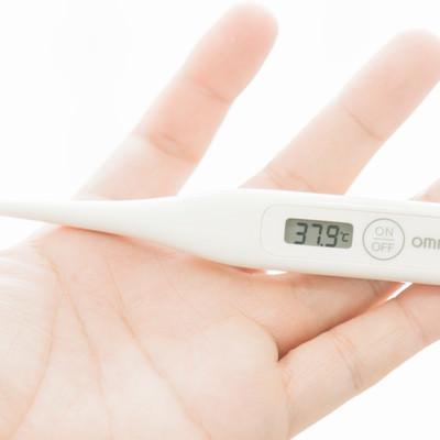 「風邪をひいたので熱を測ったら37.9℃」の写真素材