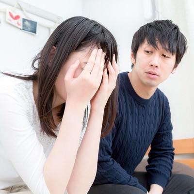 「「泣いてもオレたちの関係は変わらないぞ」と追い込むダメンズ」の写真素材