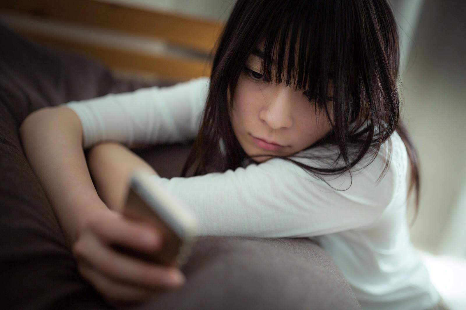 「彼の既読を確認する独身女性」の写真[モデル:たけべともこ]