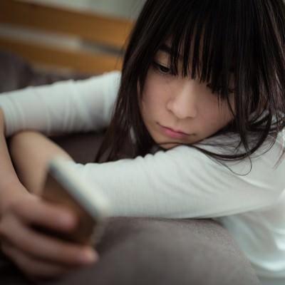 「彼の既読を確認する独身女性」の写真素材