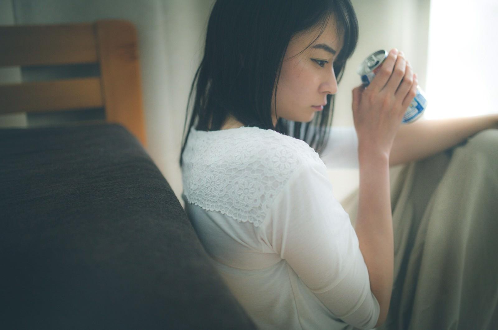 「いくら呑んでも酔えない失恋女子」の写真[モデル:たけべともこ]