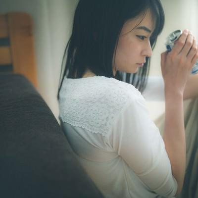 「いくら呑んでも酔えない失恋女子」の写真素材