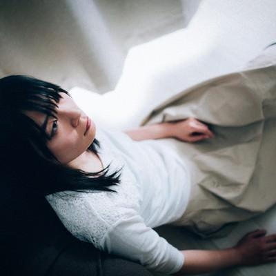 「辛い記憶が忘れられない女性」の写真素材