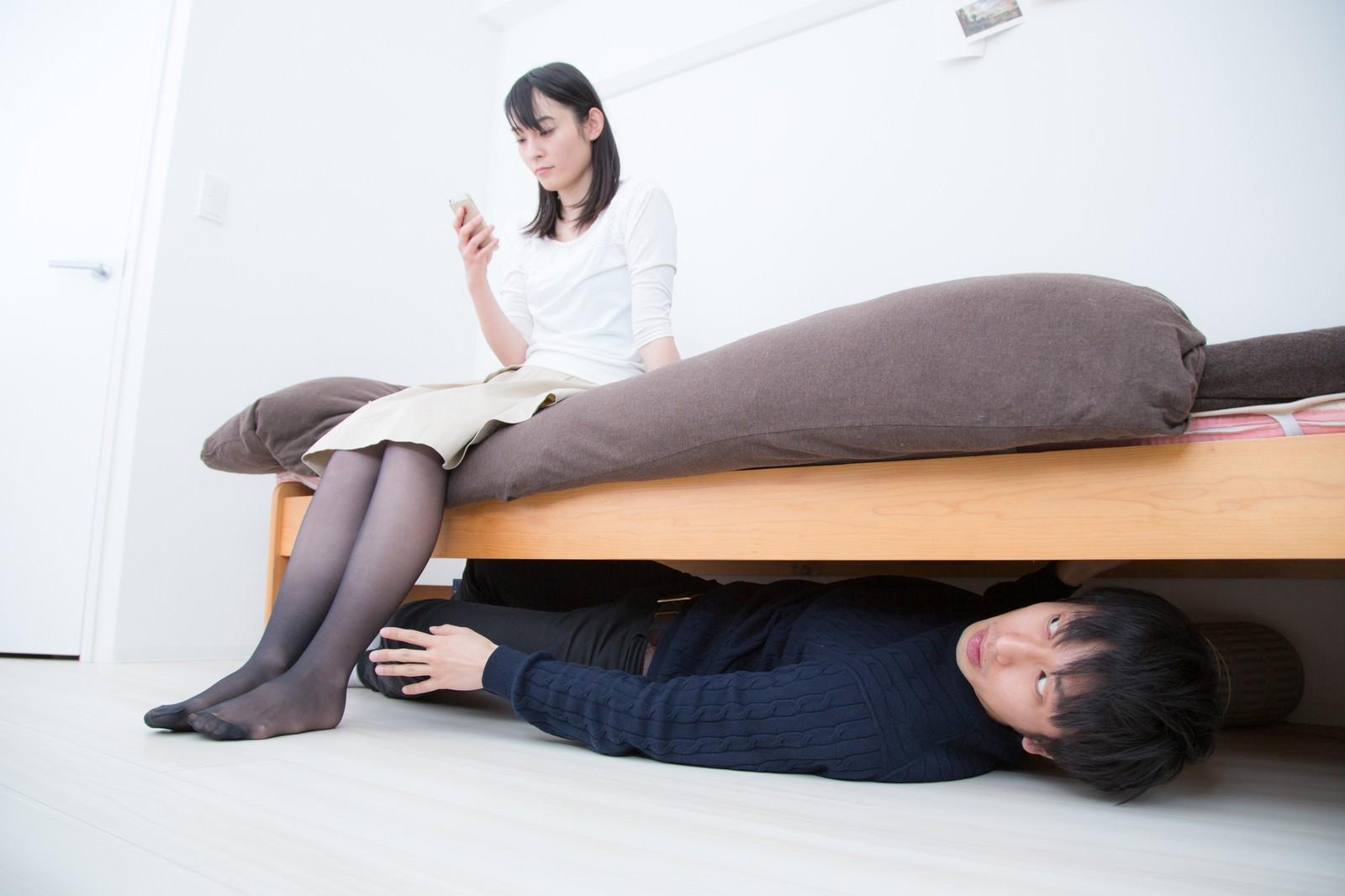 「ベッドの下に潜む恐怖」の写真[モデル:たけべともこ 大川竜弥]