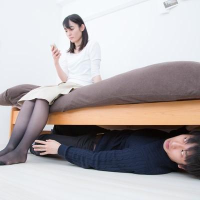 「ベッドの下に潜む恐怖」の写真素材