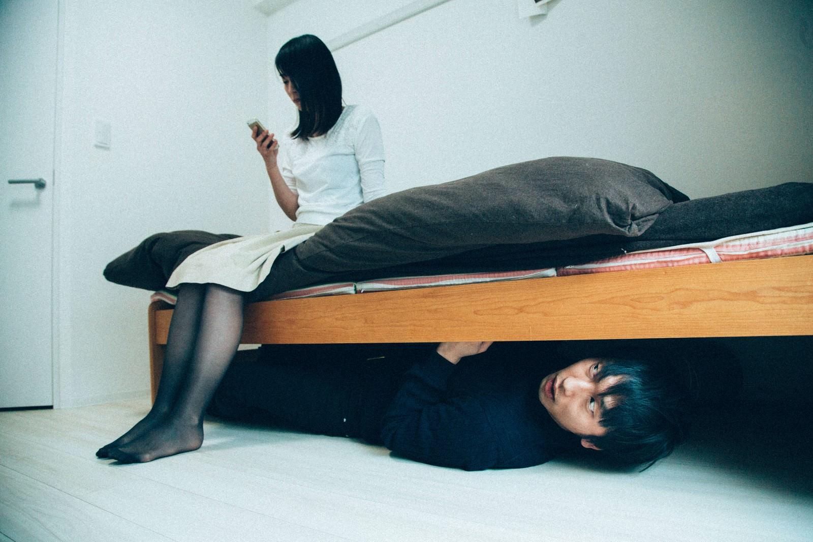「ベッドの下の男」の写真[モデル:たけべともこ 大川竜弥]