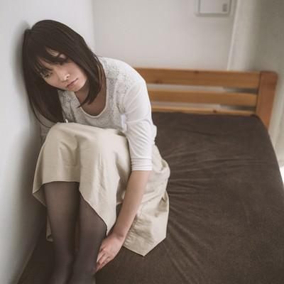 隣室から漏れ聞こえる笑い声に耳を傾けるネガ女の写真