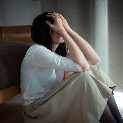 「元カレを思い出して涙が止まらない独女」の写真素材