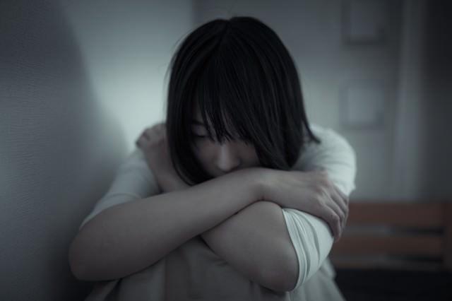 絶望して立ち直れない女性の写真