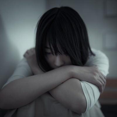 「絶望して立ち直れない女性」の写真素材