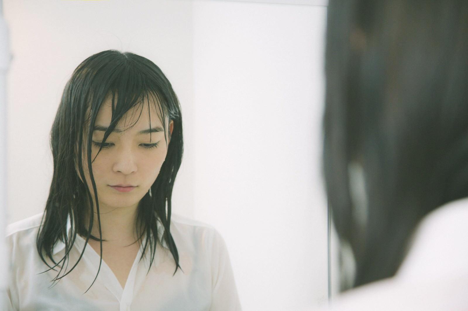「土砂降りの中傘をささずに帰宅した雨女土砂降りの中傘をささずに帰宅した雨女」[モデル:たけべともこ]のフリー写真素材を拡大