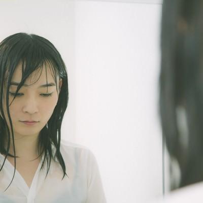 「土砂降りの中傘をささずに帰宅した雨女」の写真素材
