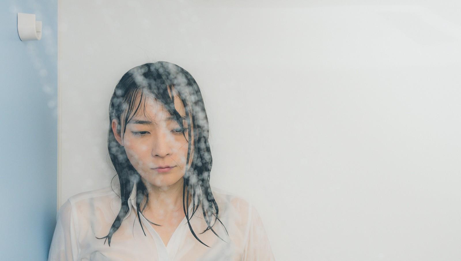 「シャワーで涙を流す失恋女子シャワーで涙を流す失恋女子」[モデル:たけべともこ]のフリー写真素材を拡大