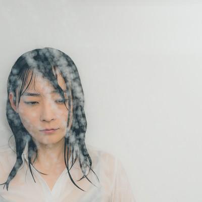 「シャワーで涙を流す失恋女子」の写真素材