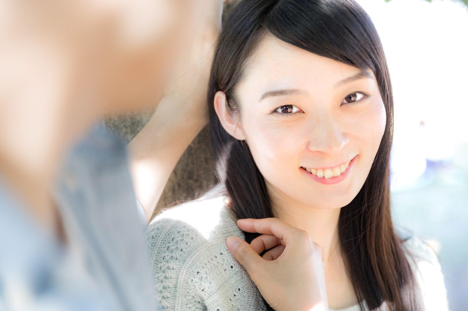 「彼氏の壁ドンに思わずニッコリ女子彼氏の壁ドンに思わずニッコリ女子」[モデル:たけべともこ]のフリー写真素材を拡大