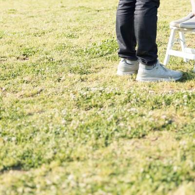 「身長差カップルと脚立」の写真素材