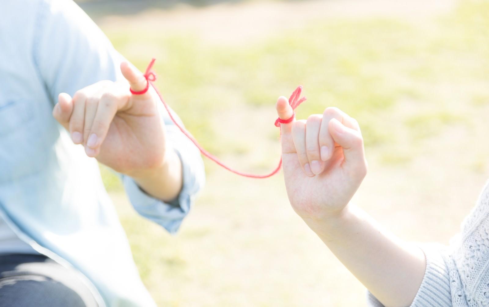 「赤い糸で結ばれた恋人」の写真[モデル:たけべともこ]