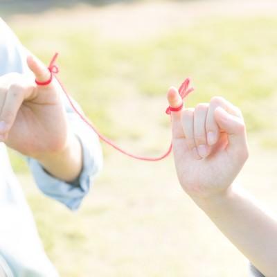 「赤い糸で結ばれた恋人」の写真素材
