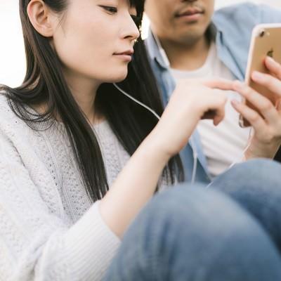 「彼氏とお気に入りの動画を見る」の写真素材