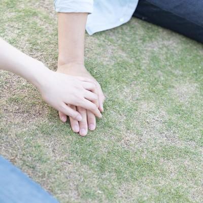 「彼の手に手を重ねる」の写真素材
