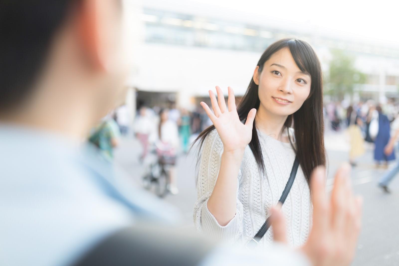 「彼女と駅前で待ち合わせ」の写真[モデル:たけべともこ]