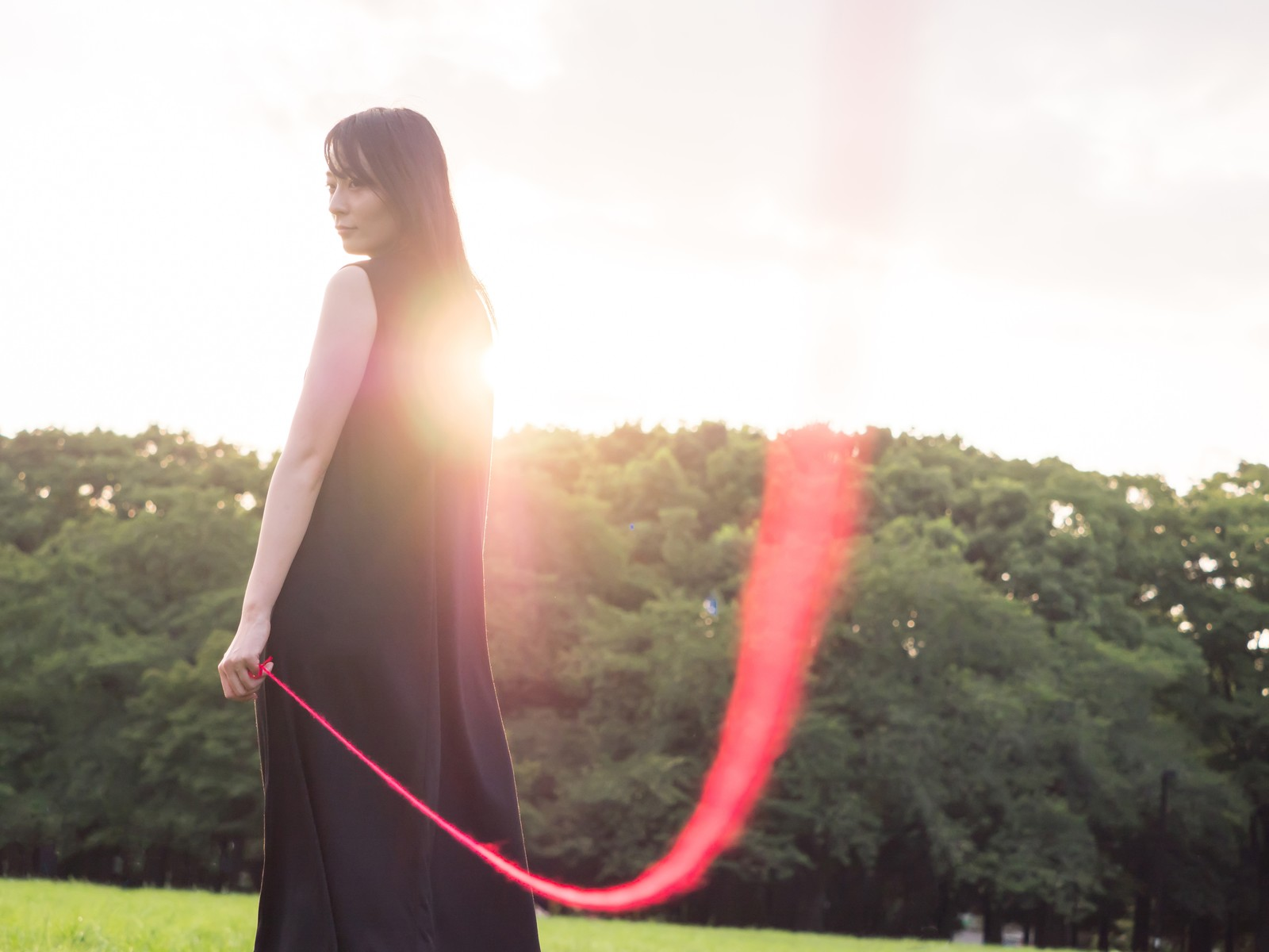 「私たちは赤い糸で結ばれているの(ウフフ)私たちは赤い糸で結ばれているの(ウフフ)」[モデル:たけべともこ]のフリー写真素材を拡大