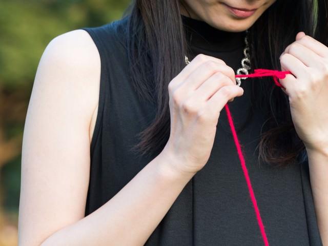赤い糸で結ばれた女性の写真