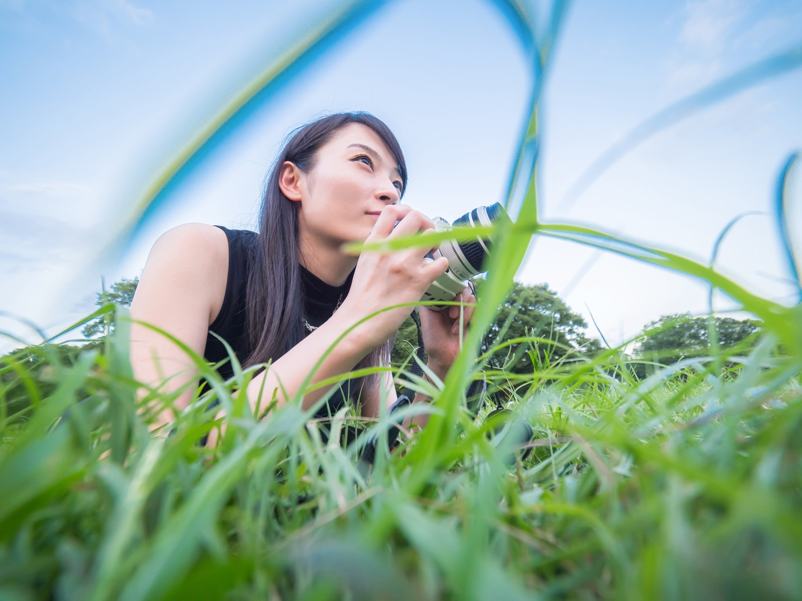 「ローアングルから撮影するカメラ女子」の写真[モデル:たけべともこ]