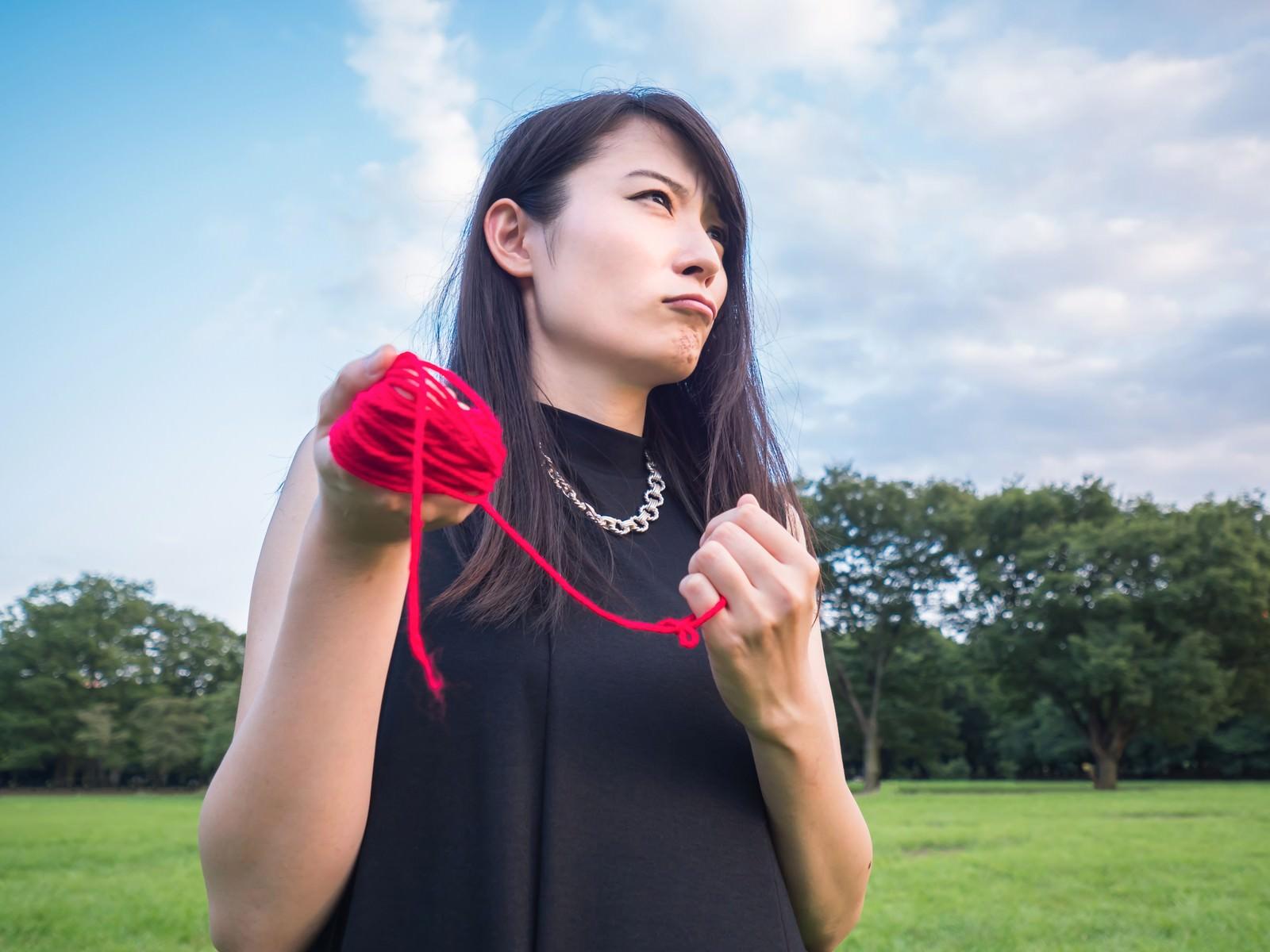 「運命の赤い糸で結ばれたい結婚適齢期運命の赤い糸で結ばれたい結婚適齢期」[モデル:たけべともこ]のフリー写真素材を拡大