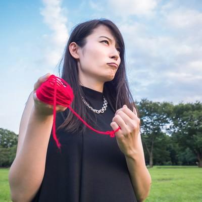 「運命の赤い糸で結ばれたい結婚適齢期」の写真素材