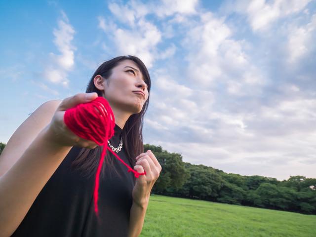 赤い糸を操る具現化系女子の写真