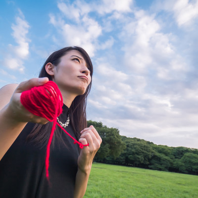 「赤い糸を操る具現化系女子」の写真素材