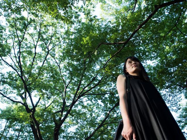 木漏れ日が低く見える高身長の女性の写真