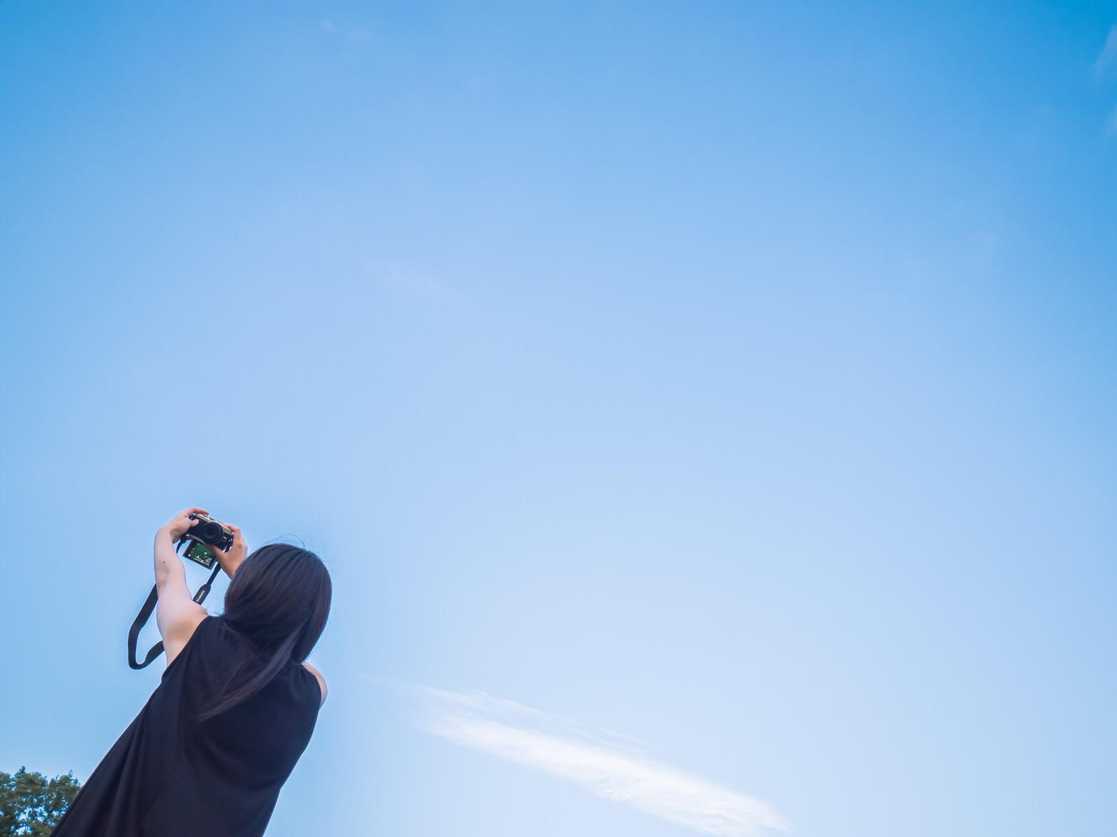 「青空の下でセルフィー青空の下でセルフィー」[モデル:たけべともこ]のフリー写真素材を拡大