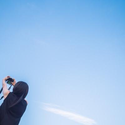 「青空の下でセルフィー」の写真素材