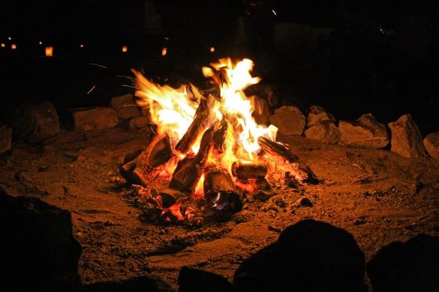 焚き火を囲うの写真