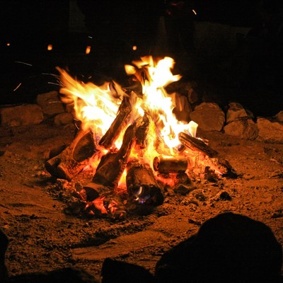 「焚き火を囲う」の写真素材
