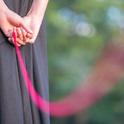 「私と赤い糸で繋がれています」の写真素材