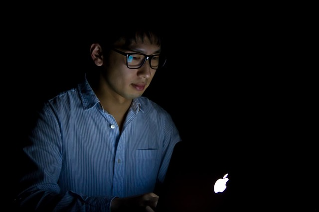 ブラック企業で残業する男性の写真
