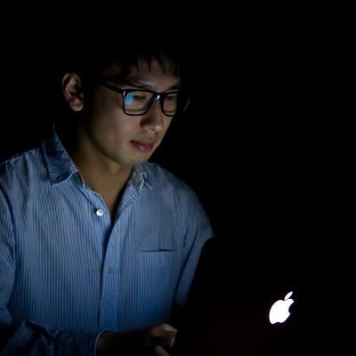 「ブラック企業で残業する男性」の写真素材