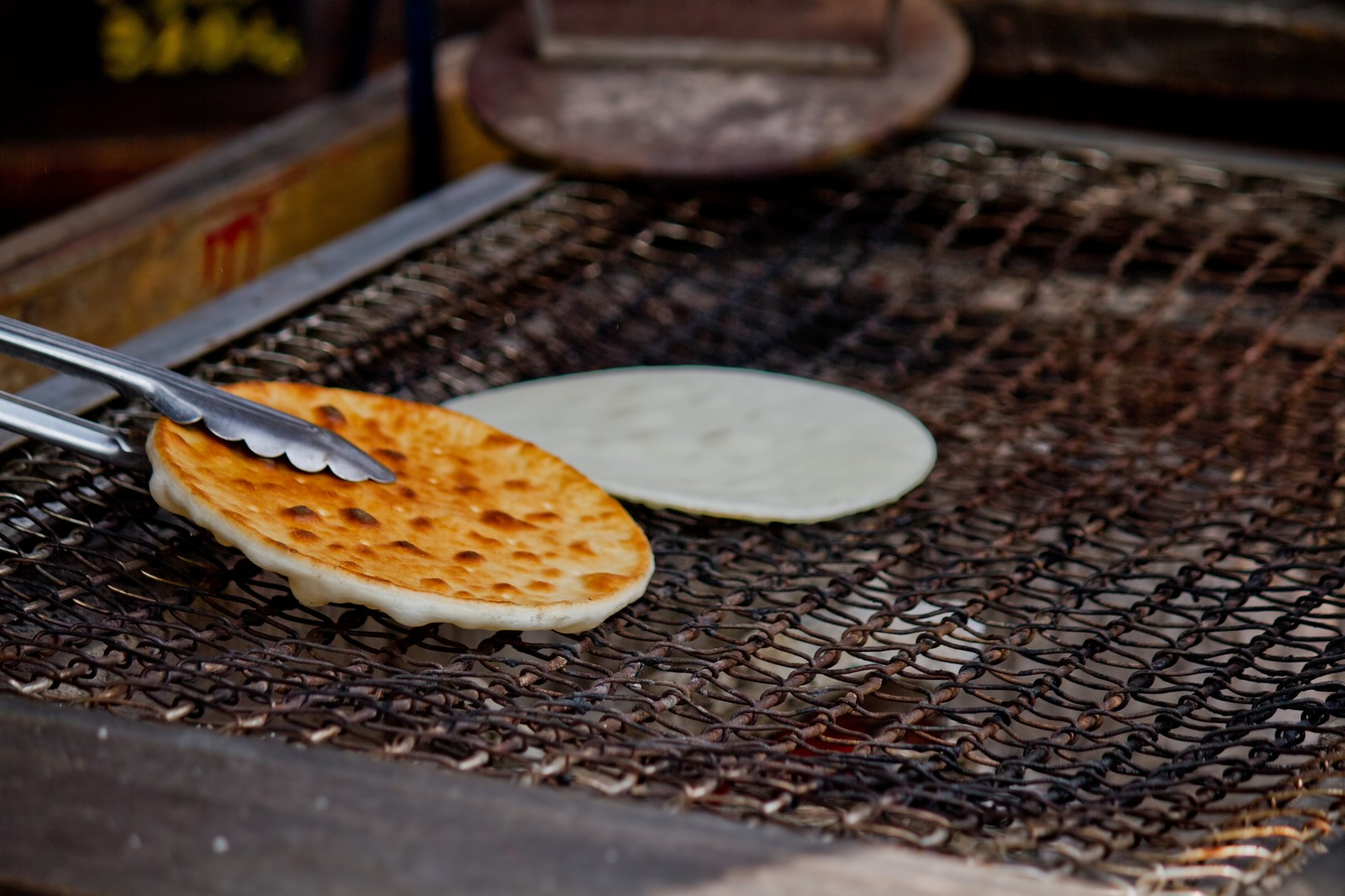 「網の上で焼くせんべい」の写真