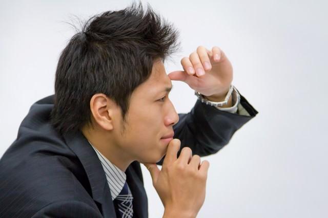 遠くを見定める男性の写真