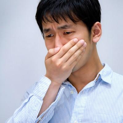 「年収低すぎて泣きそうな男性」の写真素材