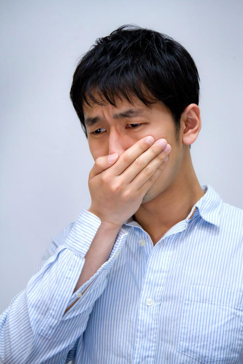 「年収低すぎて泣きそうな男性」の写真[モデル:大川竜弥]