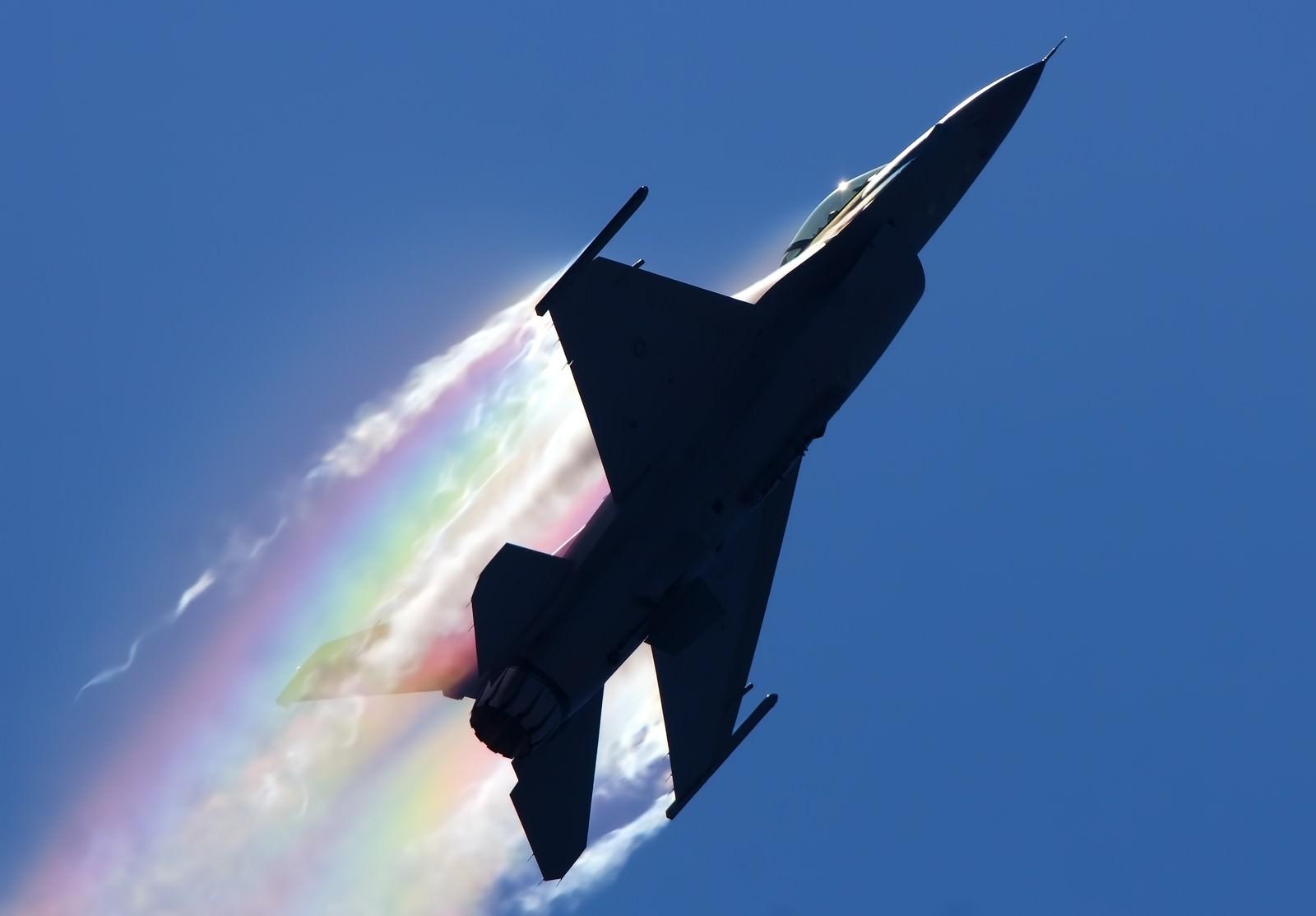 「米軍F-16 with Rainbow」の写真
